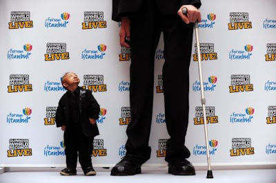 He Pingping - the world's shortest man dwarfed by the world's tallest man