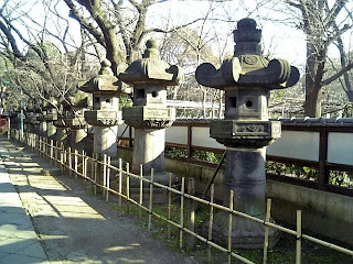 stone lanterns in ueno toshogu shrine