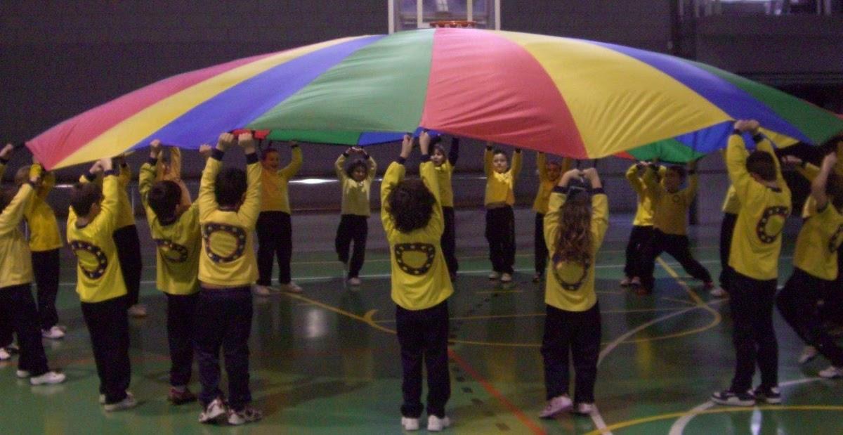 Educació Física a l'Escola Frederic Godàs: JUGUEM A JOCS DE COOPERACIÓ AMB EL PARACAIGUDES