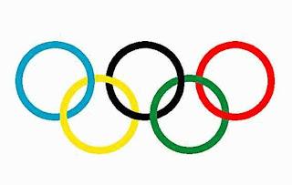 Le DRAPEAU OLYMPIQUE - blanc, avec les cinq anneaux entrelacés - a ...