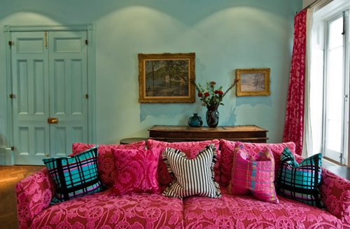 Fuschia Couch AND Turquoise Walls!