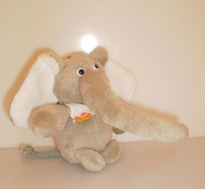 Barna elefánt nagy ormánnyal