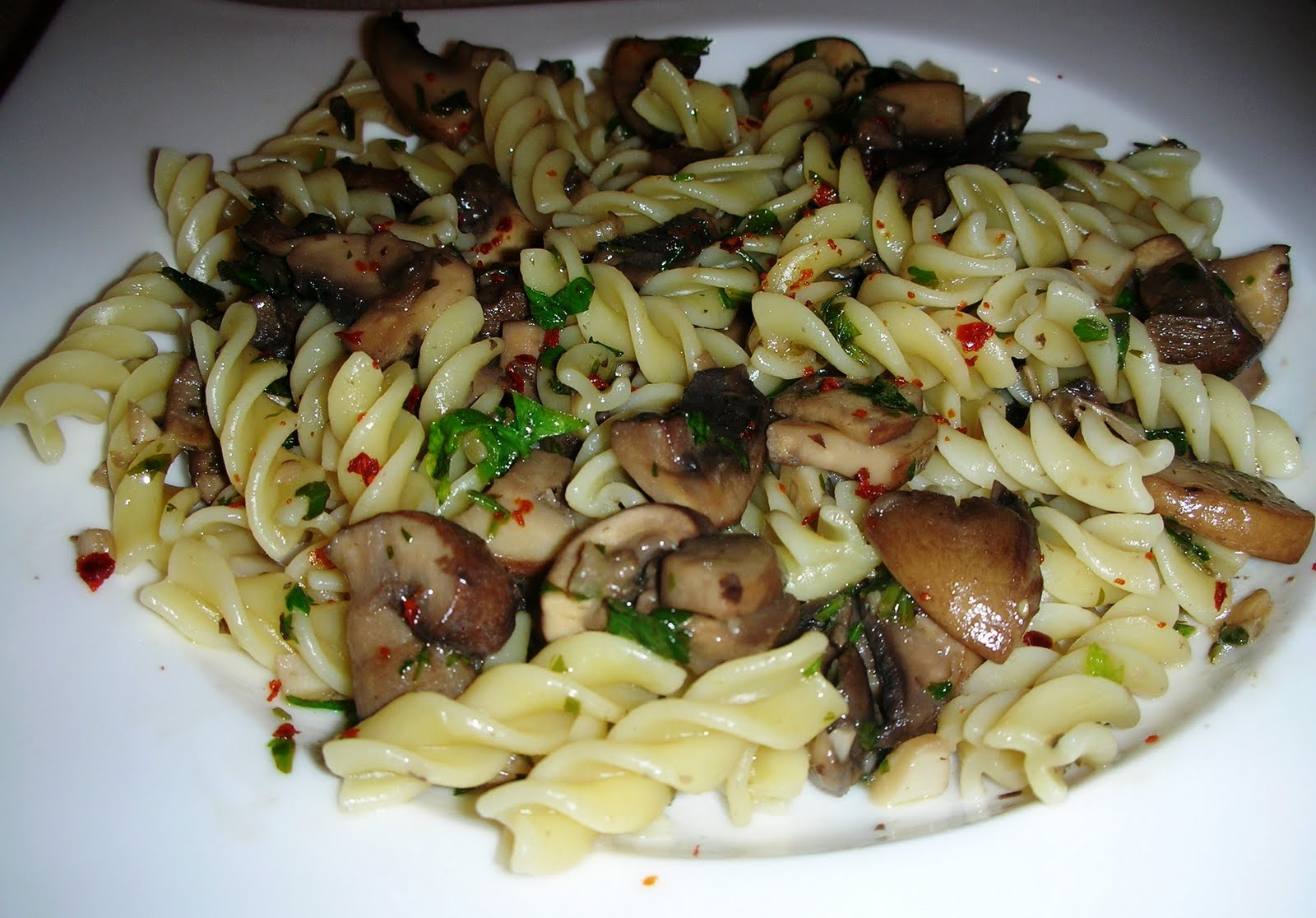 Pasta with mushrooms, garlic and parsley - Mantarli Makarna | Ozlem's ...