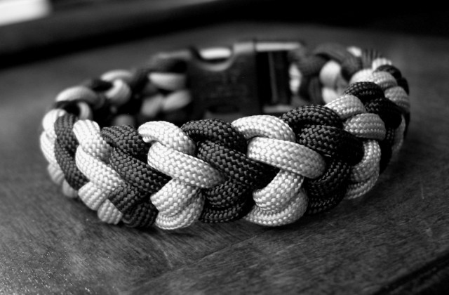 Paracord Bracelet Types http://stormdrane.blogspot.com/2010/09/snake-belly-bar-paracord-bracelet-with.html