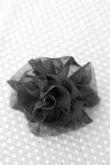 Socialite flower clip in Black