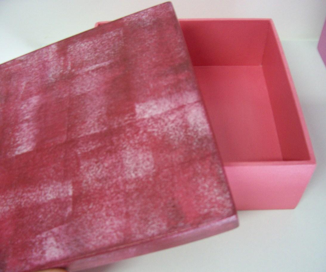 Caixa pintada em tom de rosa claro e a tampa em tom mais escuro. #983340 1093x912