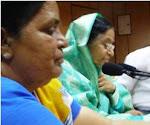 בטיול נערכים מפגשים עם נשים מקומיות