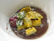 Ravioli di marmellata di melanzane su fondue di cioccolato , sale integrale e olio di pinolo di San