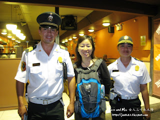 Jess with two polices in Lima of Peru
