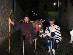 figuaranti medievali durante il percorcoso della festa