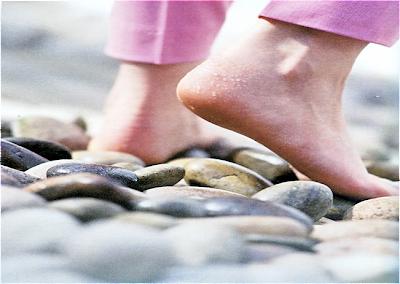 caminho de pedras,pés descalços