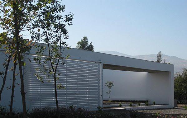 Interiores minimalistas una casa con patios por ricardo for Casas minimalistas interiores
