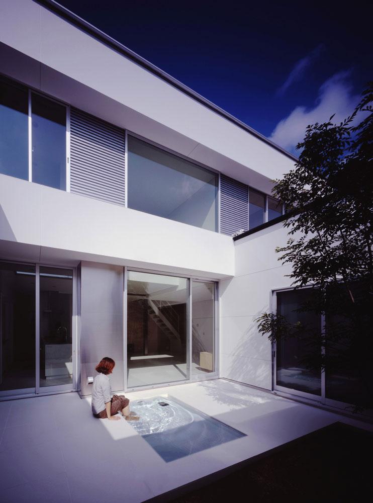 Casa con una peque a piscina por nrm architects office for Diseno de casas con piscina interior