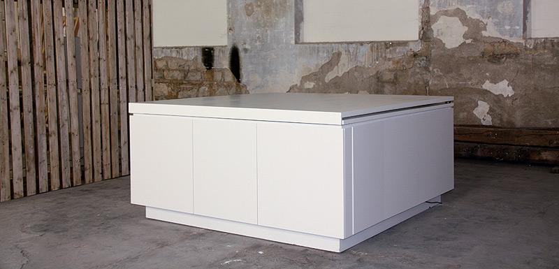 la cocina de x m est fabricada en madera lacada en blanco y encimera de dalian material acrlico semejante al corian que cubre todo el cubo y se