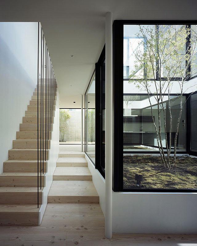 La casa patio de apollo architects dise o de interiores en casa - Planos de casas con patio interior ...