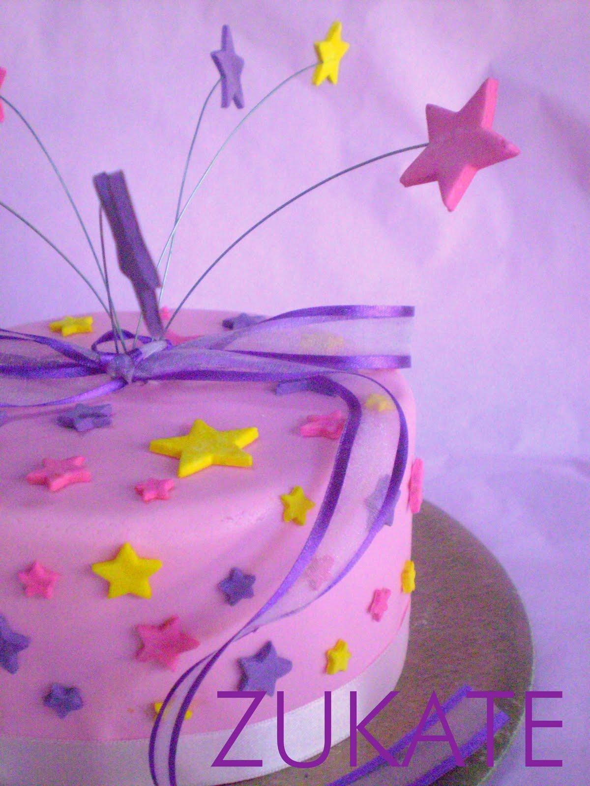 Cupcakes de vainilla con mini estrellitas y una torta decorada con ...