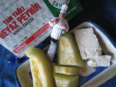 Herhangi bir akşam rakı yanına ezine peyniri ve kavun