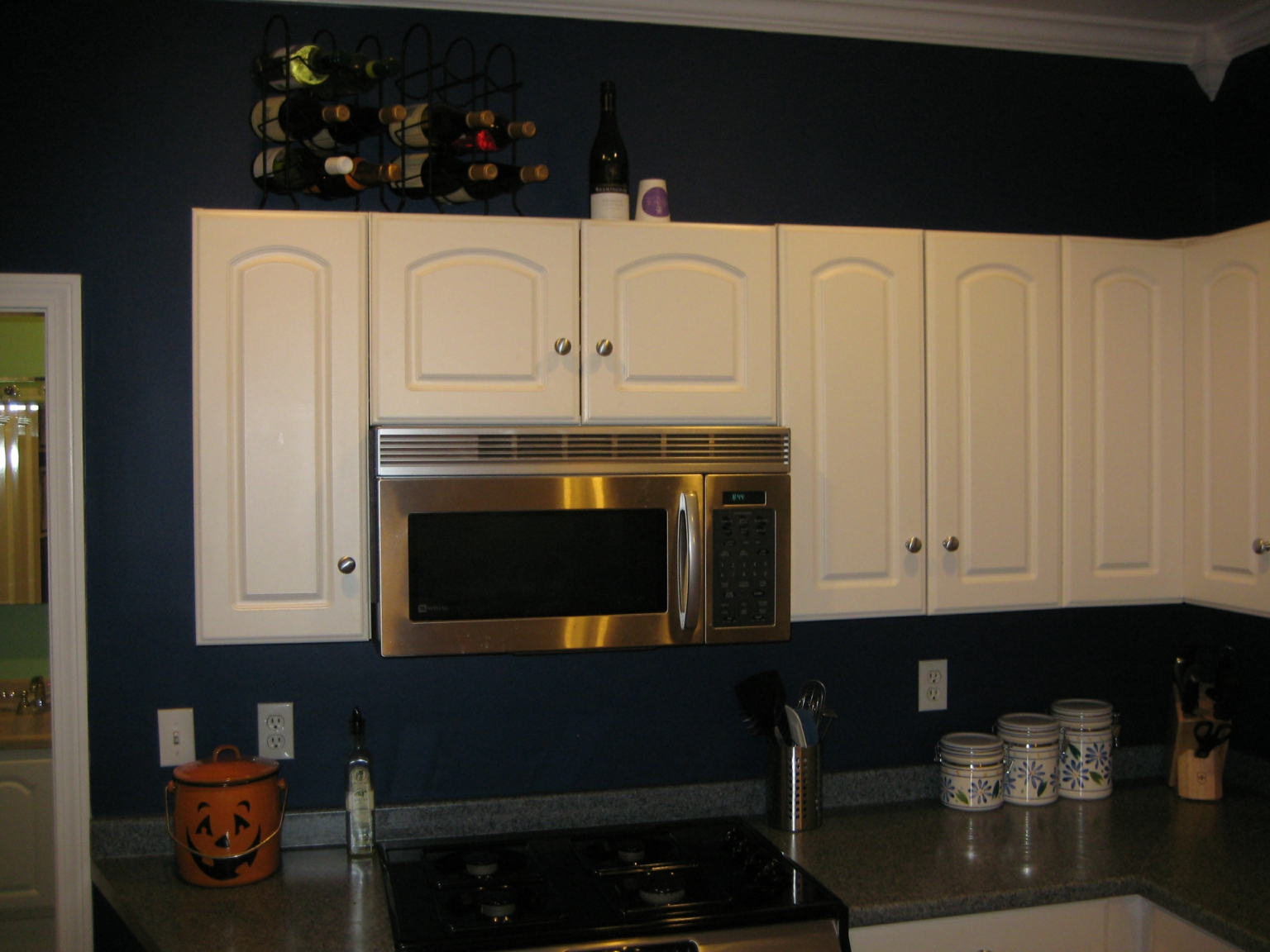 Navy blue kitchen walls for Dark blue kitchen cabinets