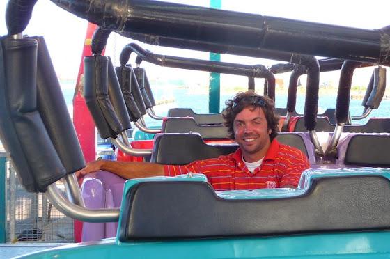 Aquí estoy yo otra vez pero sentado en la Crazy Coaster