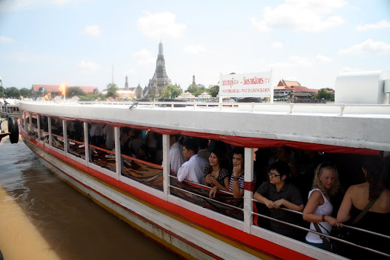 En los barcos se suben los turistas a dar vueltas por la ciudad