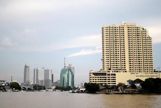 Muchos edificios de Bangkok desde el río