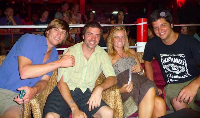 Aquí estoy yo con Santiago, Alejandro y la chica holandesa en la pelea de Muay Thai