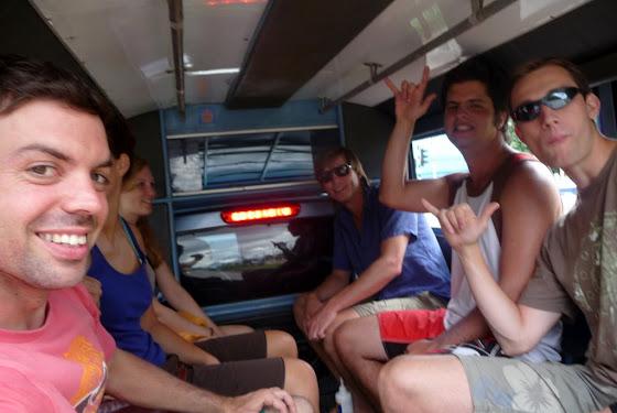 Aquí estoy yo con unos chicos haciendo la excursión day trip safari por Chiang Mai