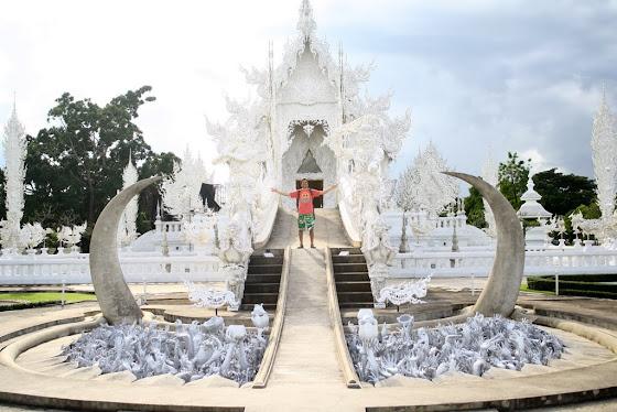 Aquí estoy yo en el famoso White Temple en Chiang Rai