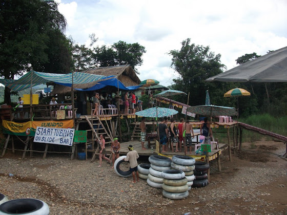 Así se miraban los locales que tenían los tubos en Vang Vieng