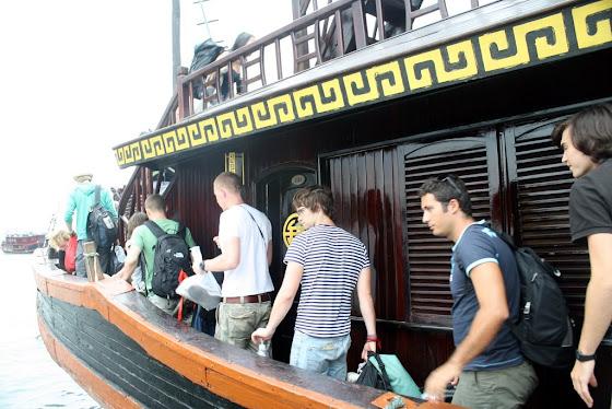 Aquí están todos los turistas subiendo a bote