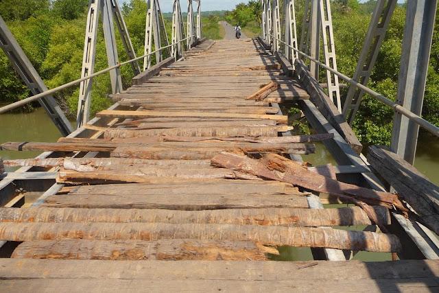 El puente destrozado