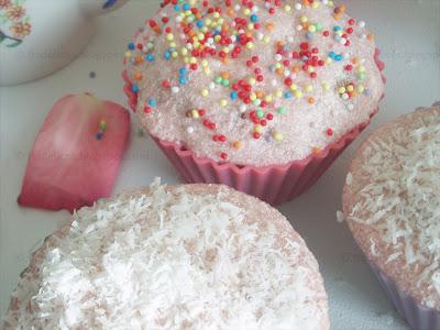 Cupcakes aux perles multicolores et à la noix de coco