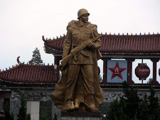 Image of the symbol of a military garrison located in the centre of a major tourist destination in China.