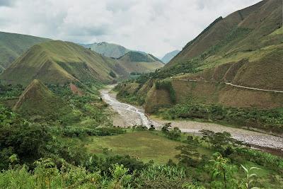 El río Páez en marzo, desde un resguardo indígena en lo alto de una montaña, en Tierradentro (Cauca). Marzo 2008.