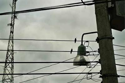 Los cables de la luz tienen un secreto. Copyright J. Belmonte, Bogotá, 2006