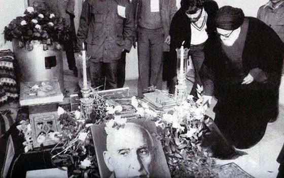 آیت الله سید محمود طالقانی پس از انقلاب بر مزار دکتر محمد مصدق