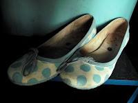 Пантофките на съквартирантката й в коридора...