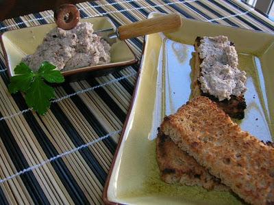 Tostadas con tofu, nueces y aceitunas
