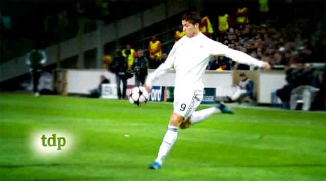 Cristiano Ronaldo a punto de golpear la pelota