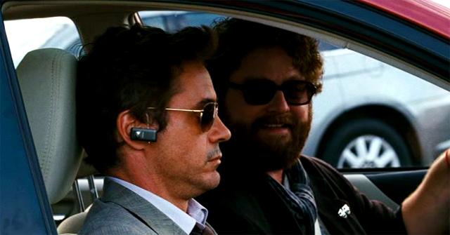 Robert Downey Jr. & Zach Galifianakis en una escena de la película Salidos de cuentas