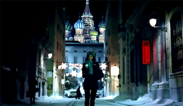 Chica paseando por Moscú