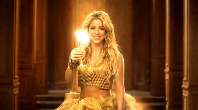 Shakira haciendo un brindis en el anuncio Freixenet Navidad 2010