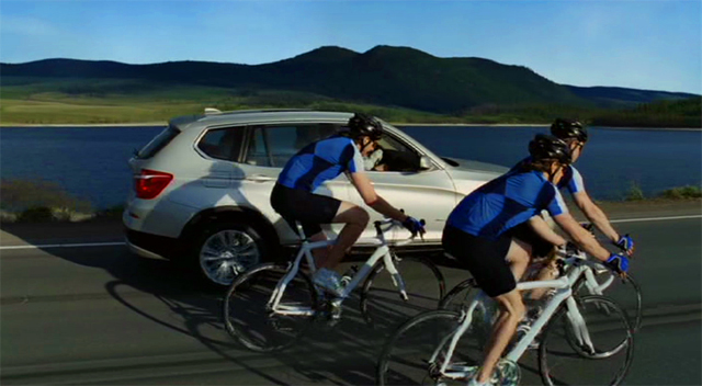 BMW X3 rodeado de ciclistas