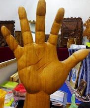 Mão esculpida em madeira