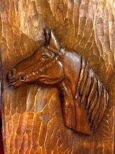 Cabeça de cavalo em madeira