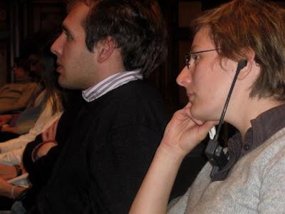 Zuhörer mit Kinnbügelempfangsgeräten