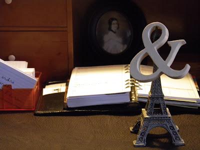 Sekretär mit Vokabelkartei, Kalender, Eiffelturm und einem &-Zeichen aus Holz