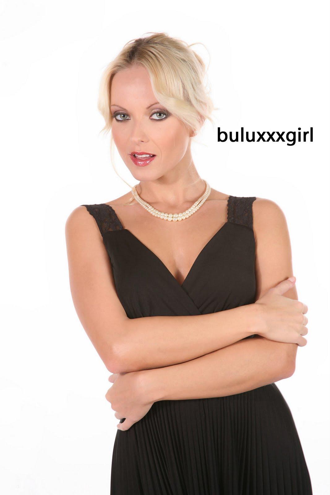 buluxxxgirl: Virtual babe Jana Cova showing hot striptease