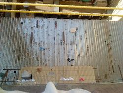 Casas de chapas improvisadas nas traseiras dos prédios