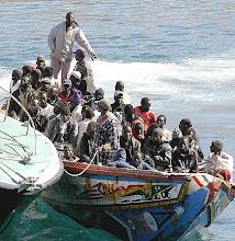 Cayuco cargado de inmigrantes subsaharianos